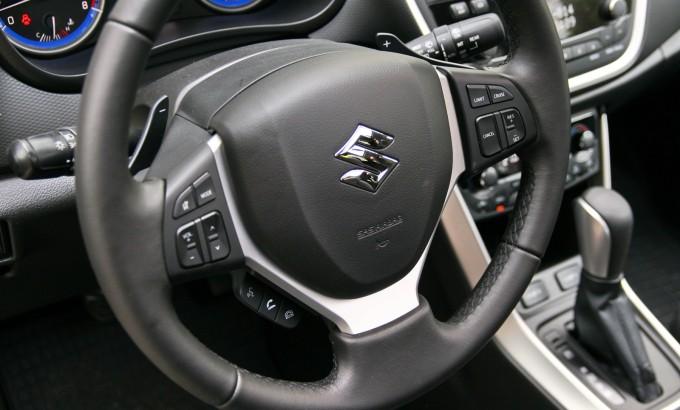 Komande za manuelnu promenu stepenu prenosa se nalaze na volanu