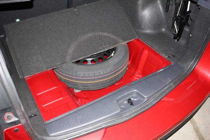 Umesto rezervnog točka montira se toroidna boca od 32 litra
