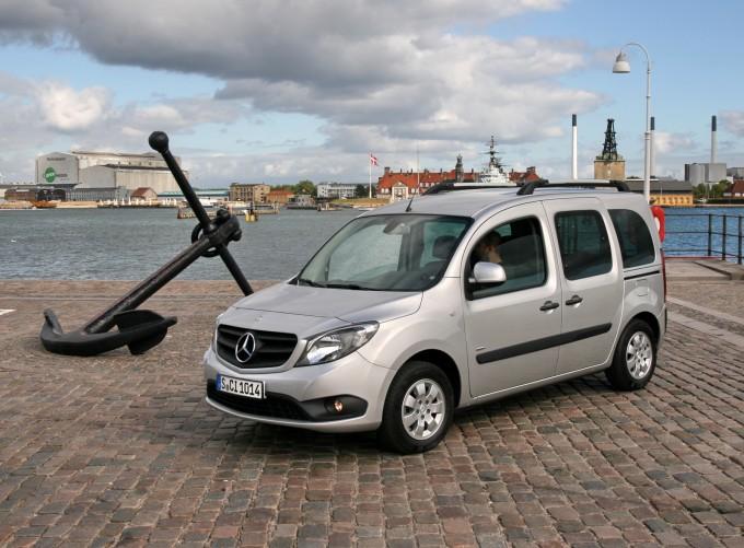 Putnička verzija sa srednjim međuosovinskim rastojanjem pozira u luci Kopenhagena