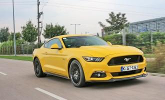 Auto magazin na promociji Forda Mustang