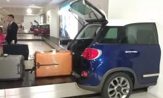 Aerodromski prtljag izlazi iz gepeka Fiata 500L
