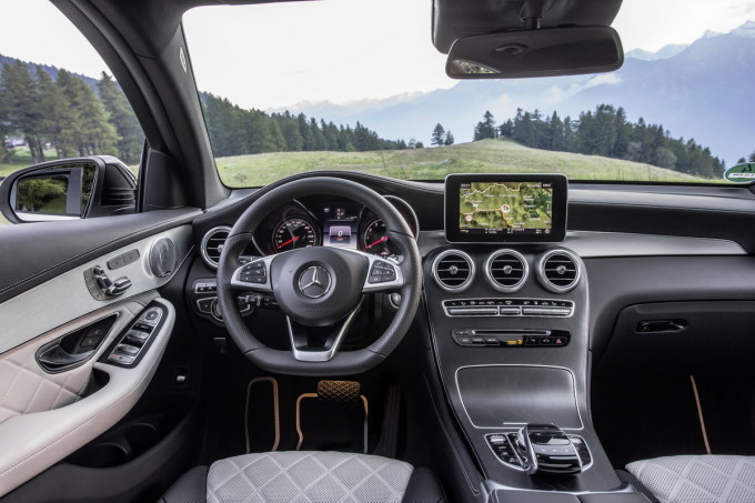 Mercedes-Benz GLC 350 e; Exterieur: diamantweiß; Interieur: designo Leder Nappa platinweiß/schwarz ;Kraftstoffverbrauch kombiniert: 2,5-2,7 l/100 km; CO2-Emissionen kombiniert: 59-64 g/km Mercedes-Benz GLC 350 e; exterior: diamond white; interior: designo Nappa Platinum white/black; fuel consumption combined: 2.5-2.7 l/100 km; CO2 emissions combined: 59-64 g/km