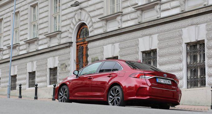 Nova Toyota Corolla Sedan Hybrid na testu Auto magazina